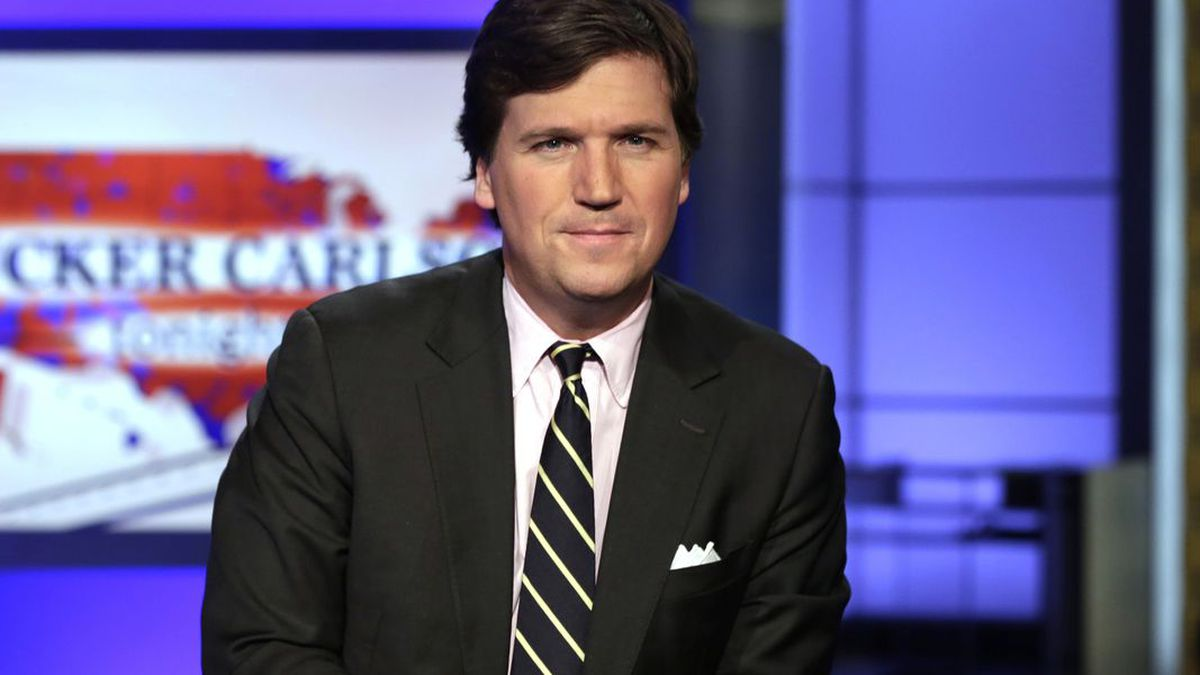 """In this March 2, 2017 file photo, Tucker Carlson, host of """"Tucker Carlson Tonight,"""" poses for photos in a Fox News Channel studio, in New York. (Source: AP Photo/Richard Drew, File)"""